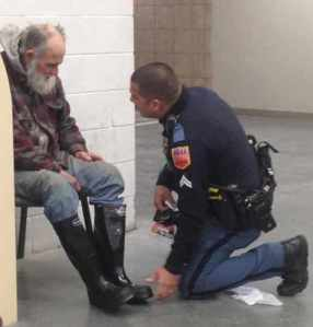Police_Officer_in_El_Paso_buys_homeless